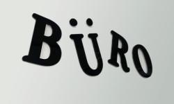 Foto von Buchstaben die mit Lasertechnik aus Plexiglas herausgeschnitten wurden